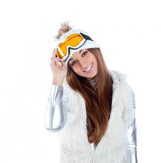 Fille d'hiver brune indienne indienne avec bonnet de fourrure de neige Photo Premium