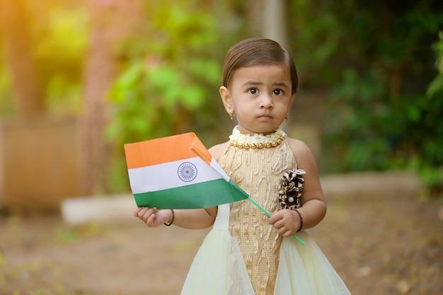 Fille Indienne Enfant Tenant Le Drapeau Indien Photo Premium
