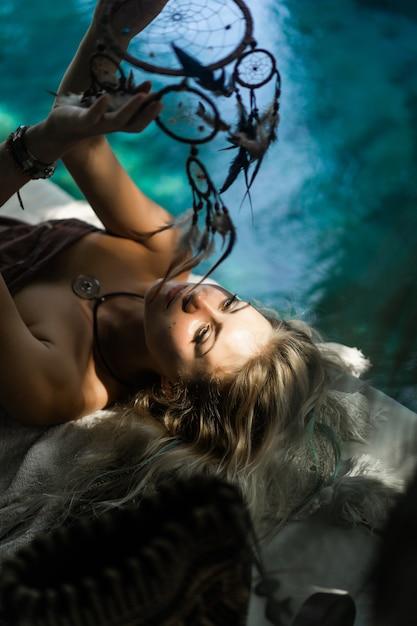 Fille indienne à la maison. attrape-rêves. belle fille blonde avec des capteurs de rêves. Photo gratuit