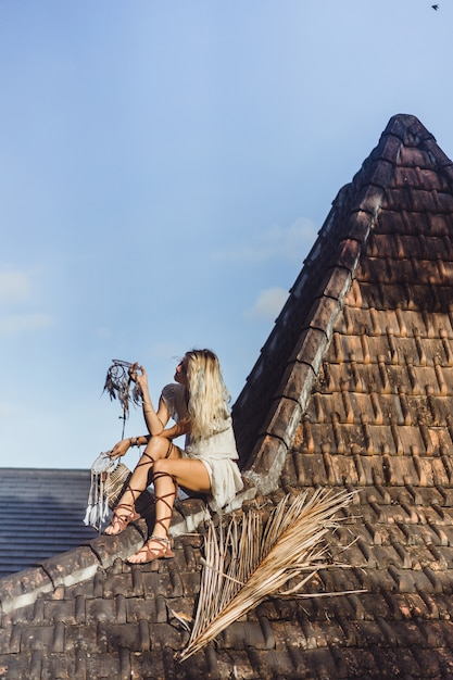 Fille indienne sur le toit. attrape-rêves. belle fille blonde avec des capteurs de rêves. Photo gratuit