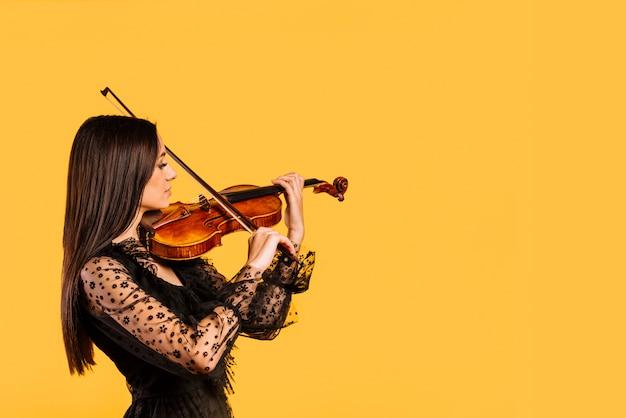 Fille jouant du violon Photo gratuit