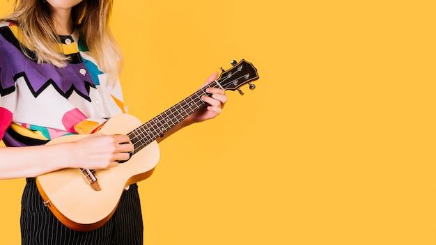 Fille jouant de l'ukelele Photo gratuit