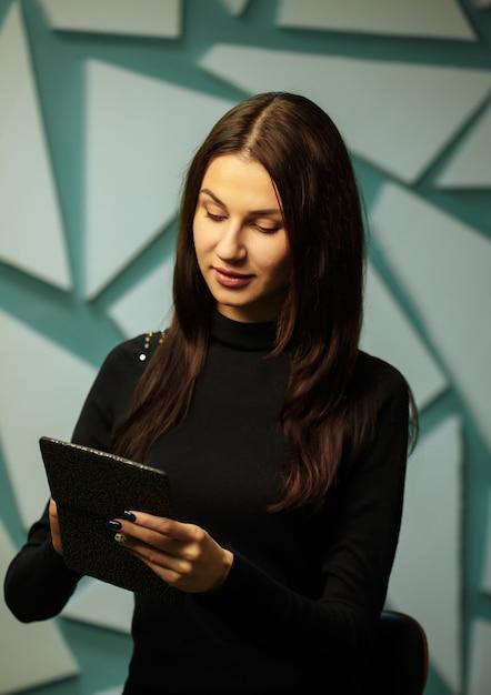 Fille lisant un livre électronique Photo Premium