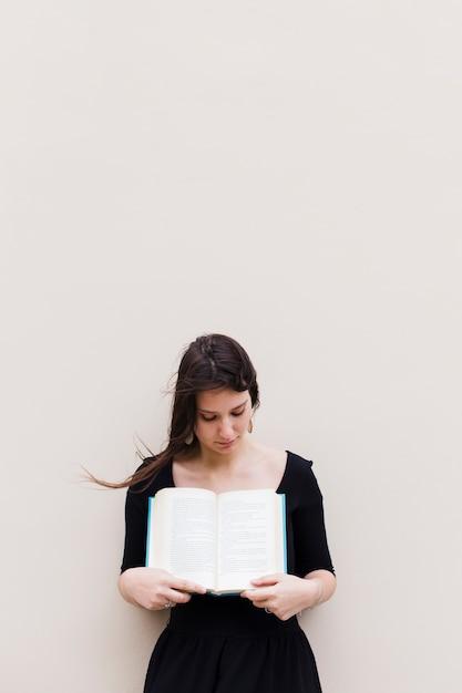 Fille avec un livre ouvert Photo gratuit