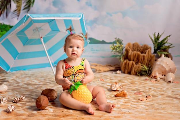 Fille En Maillot De Bain Bains De Soleil Sur Une Plage De Sable Avec Des Palmiers Au Bord De La Mer Sous Un Parasol Photo Premium