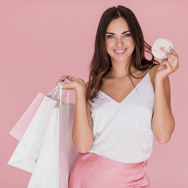 Fille avec maillot blanc sur fond rose Photo gratuit
