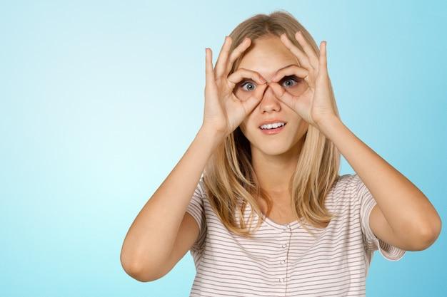 Fille avec les mains près du visage comme batman Photo Premium