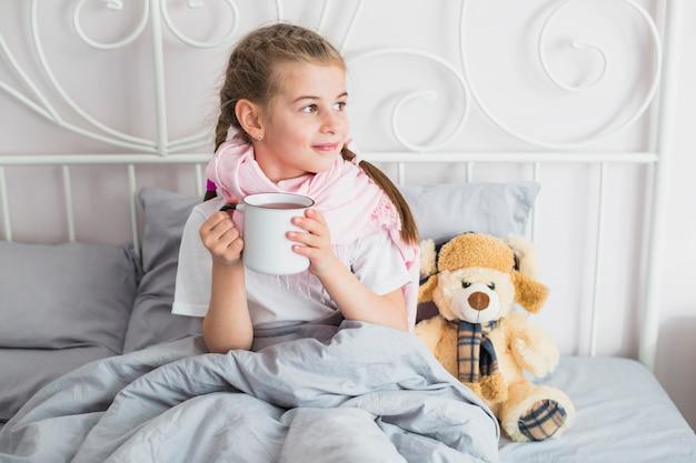 Fille malade dans le lit Photo gratuit