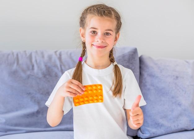 Fille malade avec des pilules Photo gratuit