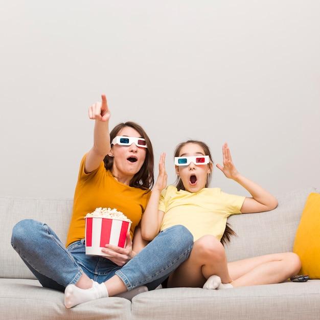 Fille Et Maman Regarder Un Film Photo gratuit
