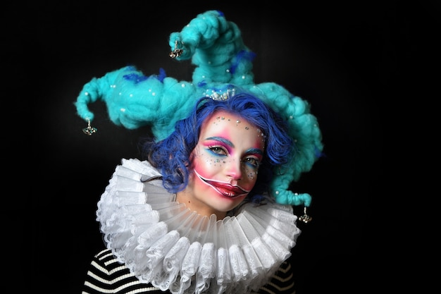 Fille En Maquillage Et Bouffon De Costume Photo Premium