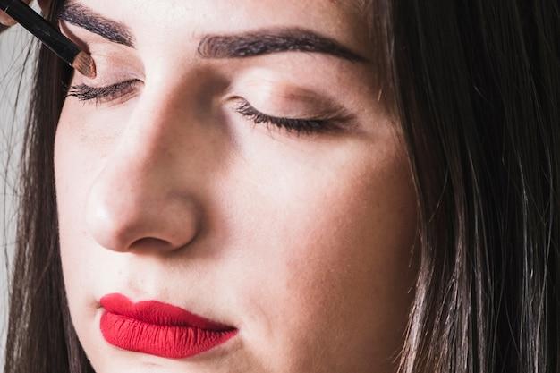 Fille Maquillant Les Yeux Photo gratuit