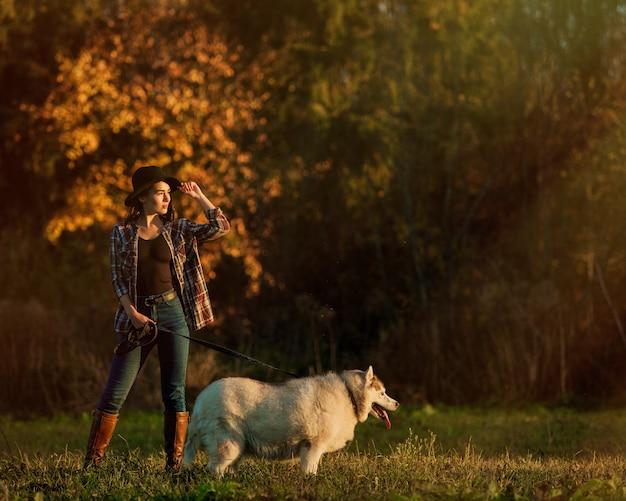 Fille marche avec husky Photo gratuit