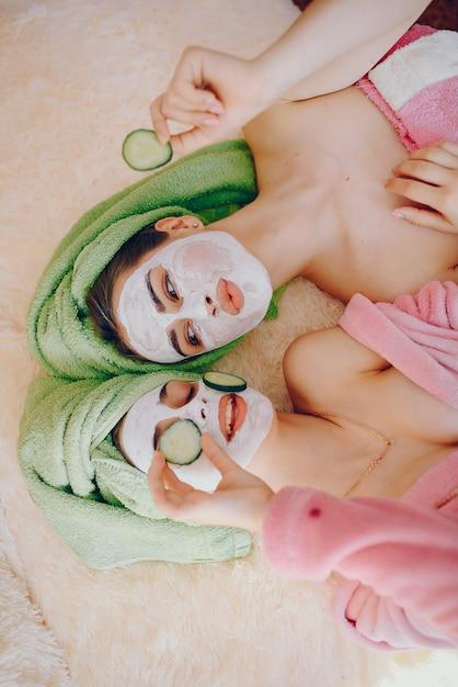 Fille avec masque Photo gratuit