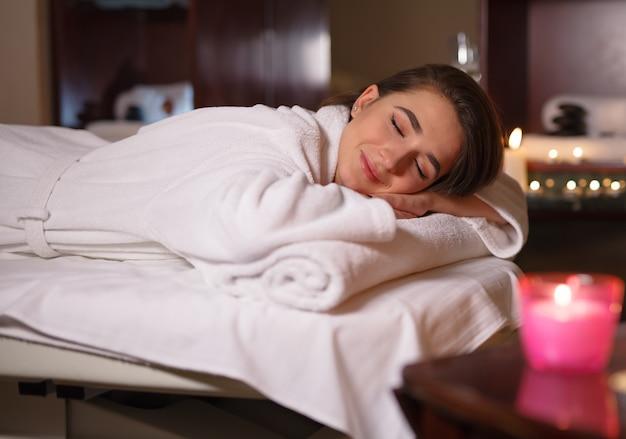 Fille sur massage dans le salon spa. Photo Premium
