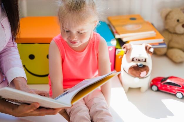 Fille En Maternelle Avec Infirmière Photo Premium