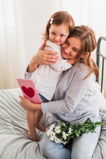 Fille et mère avec carte de voeux Photo gratuit
