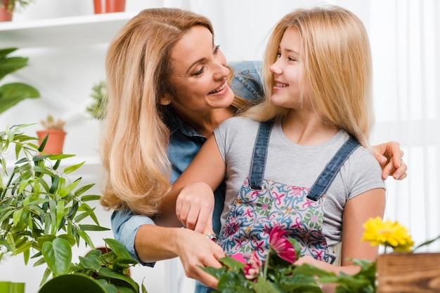 Fille Et Mère Plantant Des Fleurs Photo gratuit