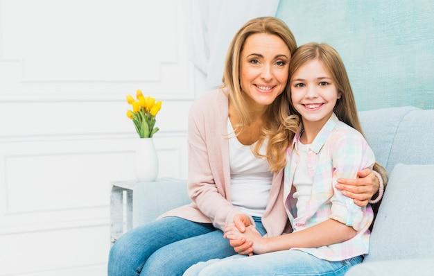 Fille Et Mère Souriant Et étreignant Photo gratuit