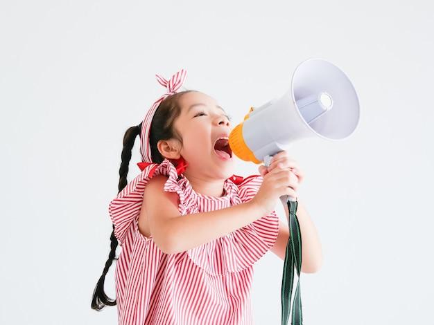 Fille mignonne asiatique avec chant de mégaphone Photo Premium
