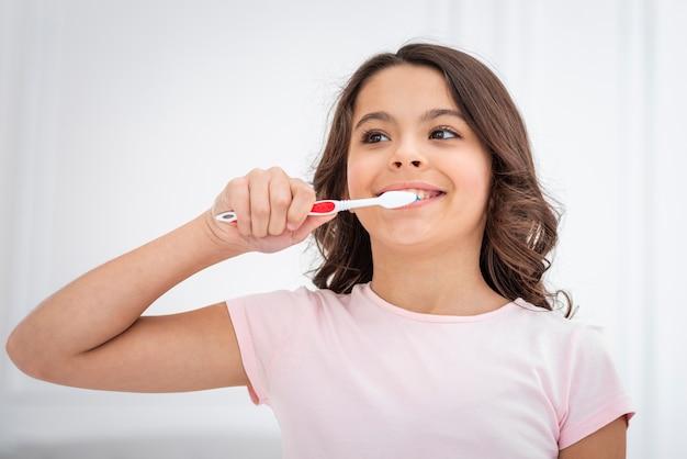 Fille mignonne faible angle se brosser les dents Photo gratuit