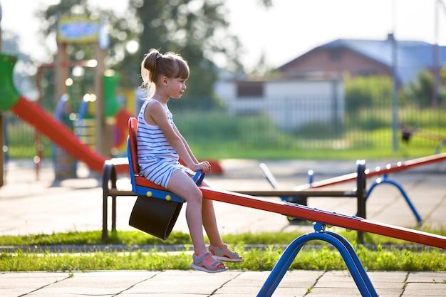 Fille Mignonne Jeune Enfant à L'extérieur Sur Balançoire En Balançoire Journée D'été Ensoleillée Photo Premium
