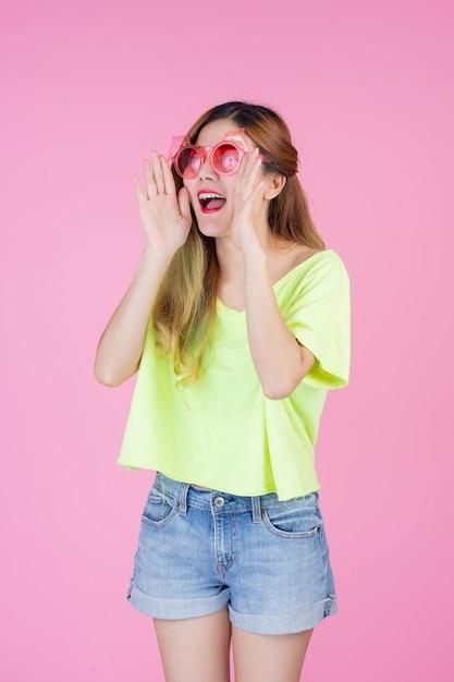 Fille de mode habiller avec un geste de la main Photo gratuit