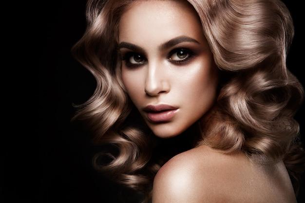 Fille de modèle de mode beauté avec maquillage lumineux Photo Premium