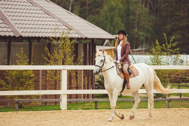 La fille monte un cheval Photo gratuit