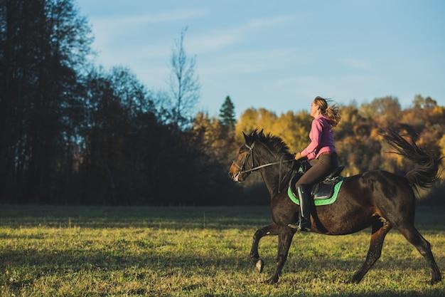 Fille monter à cheval Photo gratuit