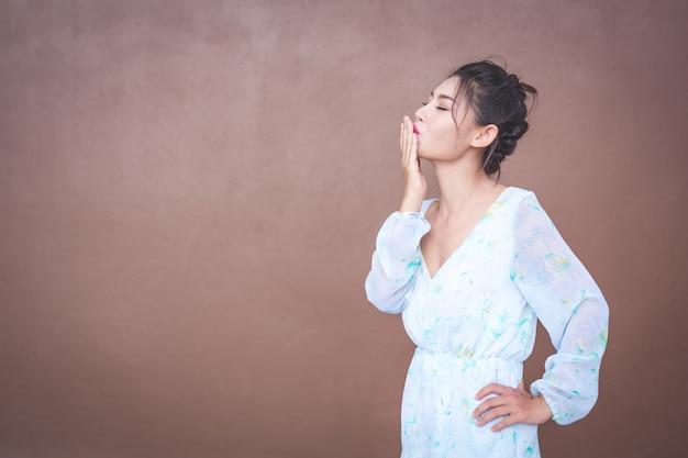 La fille montre des gestes de la main et des émotions faciales. Photo gratuit