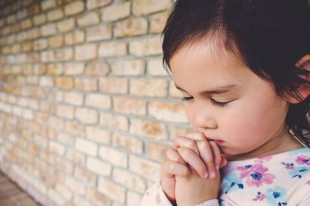 Fille multiethnique priant, kid, enfant, prière, concept Photo Premium