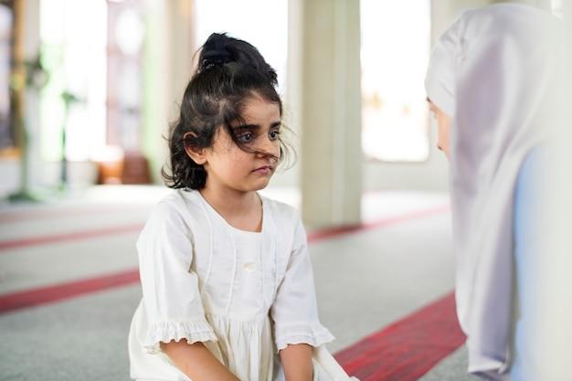 Fille musulmane à l'école du dimanche Photo Premium