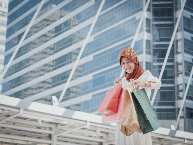 Fille musulmane avec sac à provisions Photo Premium