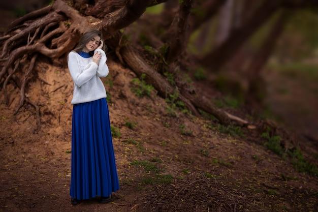 Fille Mystérieuse Dans Une Belle Robe Bleue Dans La Forêt Photo Premium