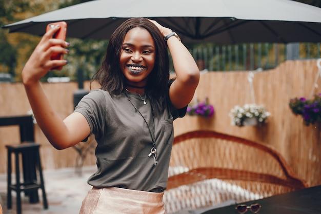 Fille Noire élégante Dans Une Ville D'été Photo gratuit