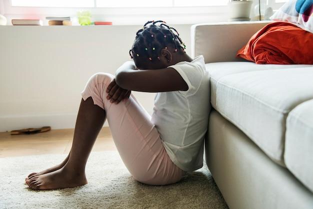 Fille noire avec émotion de tristesse Photo gratuit