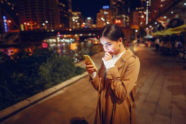 Fille de nuit avec téléphone Photo gratuit
