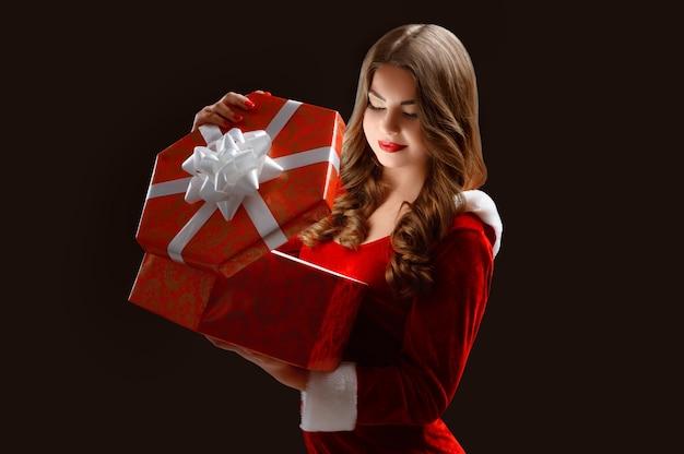 Fille Ouvrant Grand Cadeau Pour Les Vacances Du Nouvel An Et Chistmas. Photo Premium