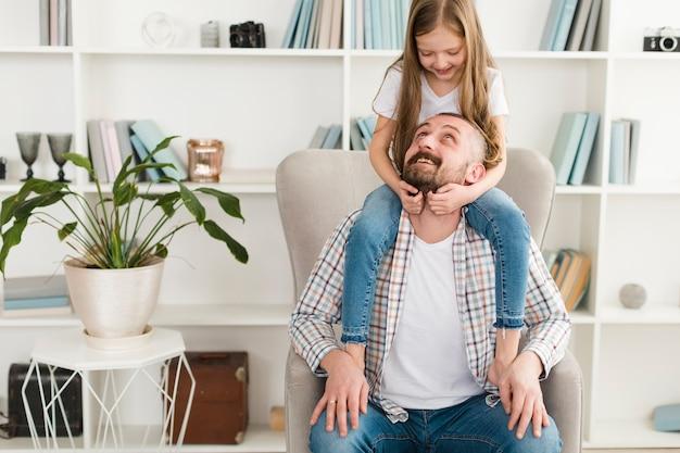 Fille Et Papa Le Jour De La Fête Des Pères Photo gratuit