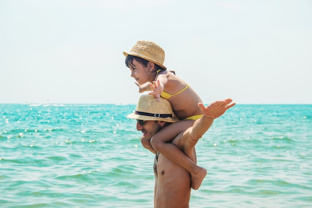 Fille et papa en mer. Photo Premium