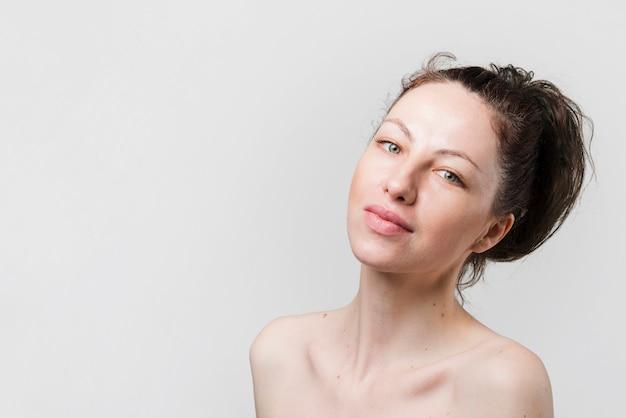 Fille avec une peau propre posant Photo gratuit