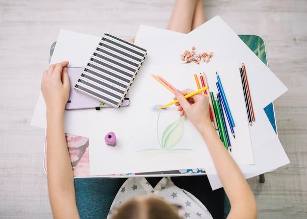 Fille, peinture, papier, table, ensemble, crayons Photo gratuit