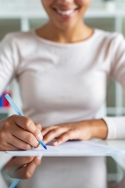 Fille Pendant L'écriture Avec Un Stylo Sur Un Papier, Femme D'affaires, Signature D'un Document Photo Premium