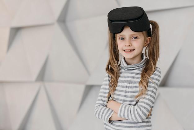 Fille Portant Un Casque De Réalité Virtuelle Et Sourit Photo gratuit