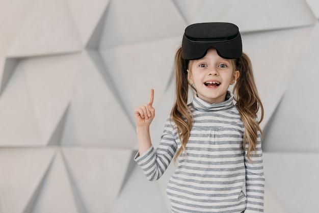 Fille Portant Un Casque De Réalité Virtuelle Photo gratuit