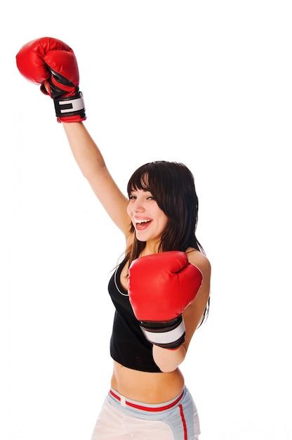 Fille portant des gants de boxe avec une main levée Photo gratuit
