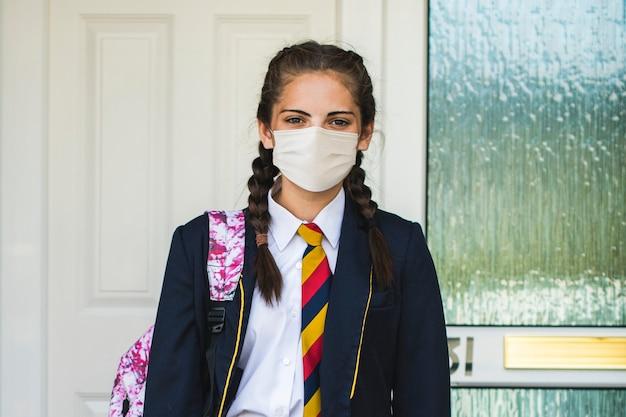 Fille Portant Un Masque Et Allant à L'école Dans La Nouvelle Normalité Photo gratuit