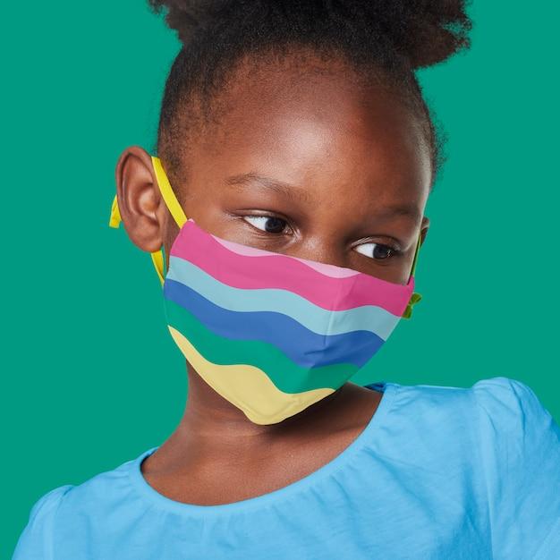 Fille Portant Un Masque Arc-en-ciel Photo gratuit