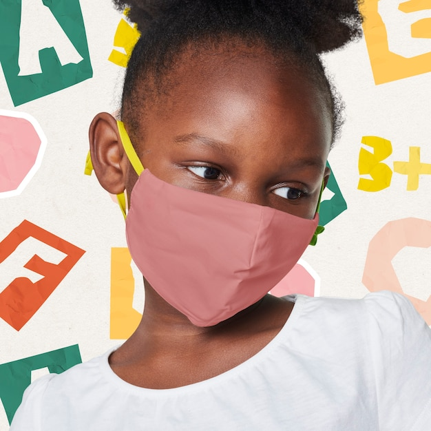 Fille Portant Un Masque Beige Photo gratuit